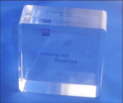 Acryl Glas Brifbeschwerer individuell und kundenspezifisch mit Logo oder Slogan gestaltet als Werbemittel, Werbeartikel, Werbegeschenk